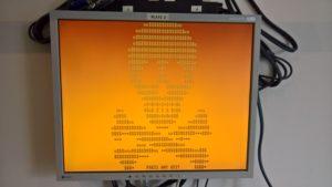 PC-Bildschirm zeigt Totenkopf aus Einsen und Nullen