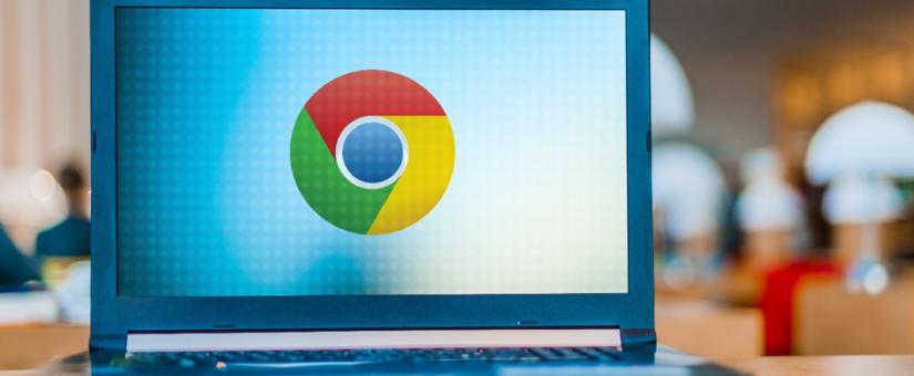 Laptop mit Google Chrome Logo auf dem Bildschirm